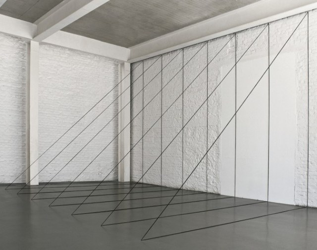 david_zwirner___fred_sandback___untitled_sculptural_study_seven-part_right-angled_triangular_construction_1982_2010_aaaaaaaaaaayixj-672x530
